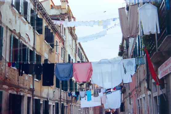 JOELIX.com | analog picture of laundry Venice, Italy 1999
