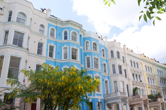 JOELIX.com | Notting Hill London colorful houses sunshine blue sky