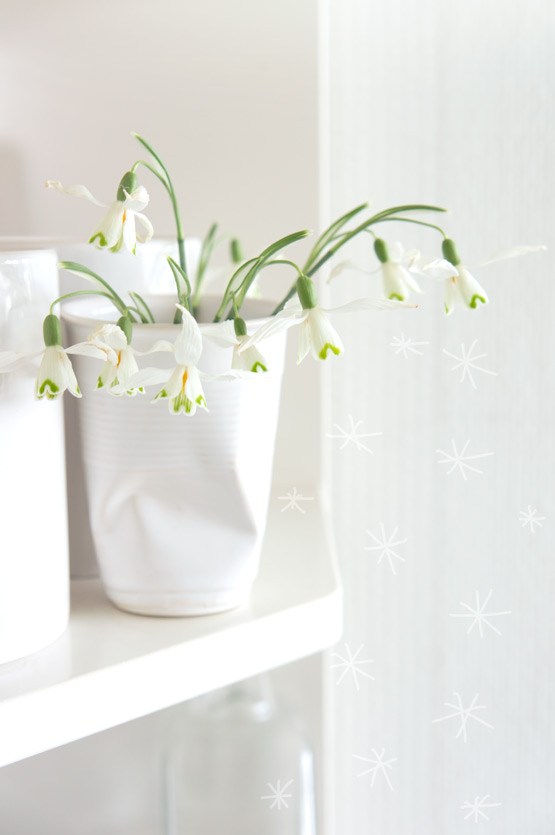 JOELIX.com | White snowdrops in a mini bouquet
